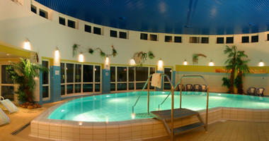 Indoor pool in the wellness area of the Blatic Sea hotel Wismar | © Wyndham Garden Wismar